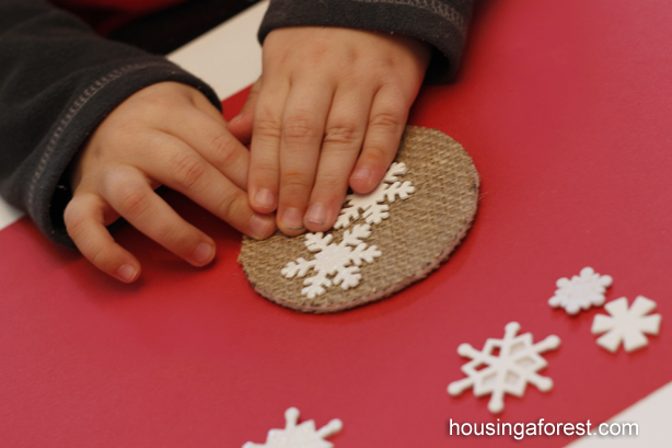 Easy DIY Preschool Christmas Ornament ~ love the burlap texture