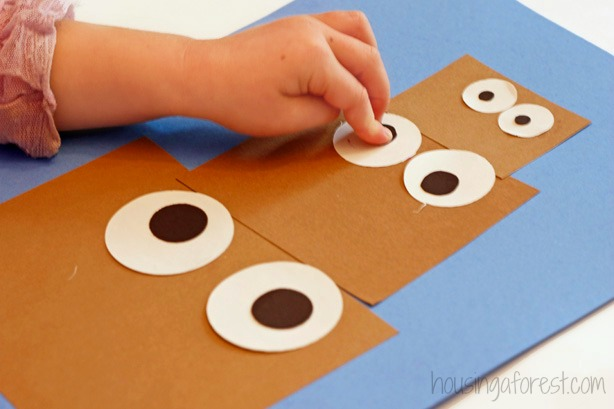 Reindeer crafts for Preschoolers ~ Christmas Activity that uses simple shapes to create adorable reindeer