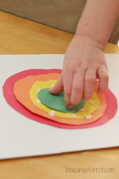 Circle Rainbow craft ~ arranging the colorful circles by size