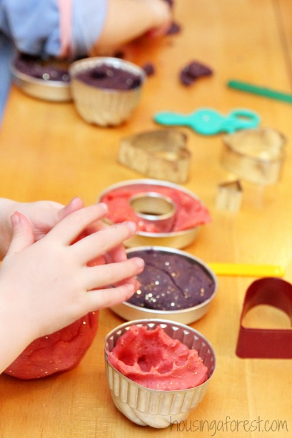 Easy play dough recipe ~ Smells and feels AMAZING