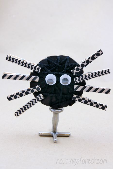 Yarn Wrapped Spiders ~ Halloween Craft for kids