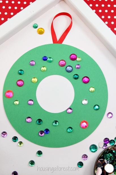 Construction paper wreath housing a forest for Holiday crafts with construction paper